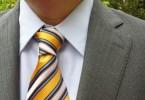 желтый галстук в полоску сочетается с костюмом