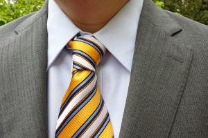 Желтый галстук красиво сочетается с пиджаком