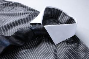 серая рубашка в полоску с галстуком