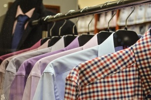 Рубашки хранятся на вешалке