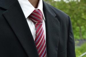 красный галстук в полоску