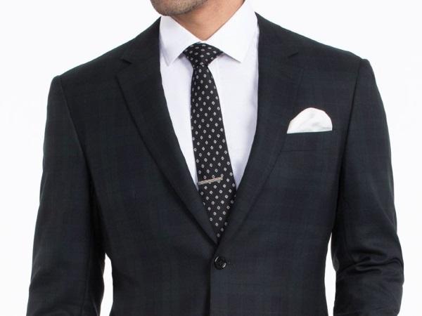 Пиджак с белой рубашкой и галстуком