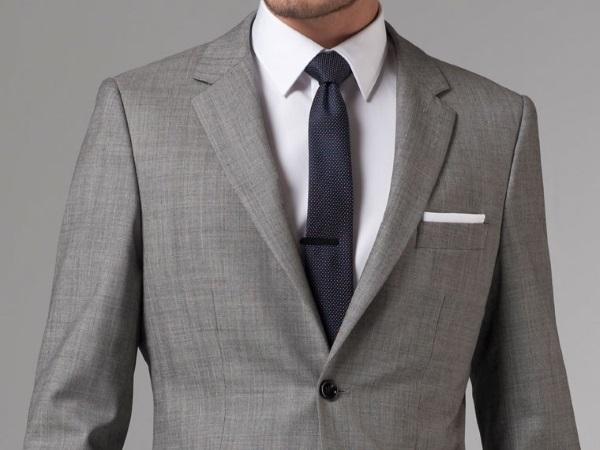 Серый пиджак с темным галстуком