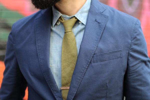 синий пиджак с зеленым галстуком