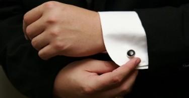 мужчина одевает запонки