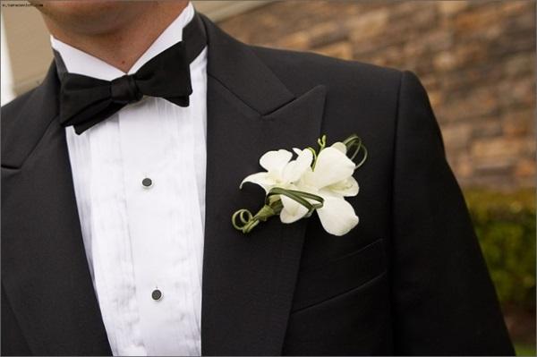 черный смокинг, белая сорочка и бабочка