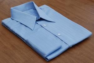 Сложенная синяя рубашка