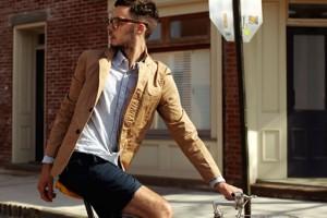 мужчина на велосипеде в шортах