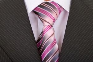 серый костюм с галстуком