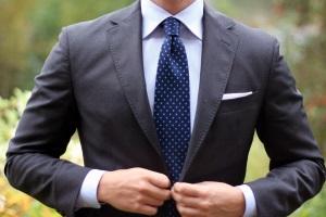 Мужчина одетый в стиле коктейль