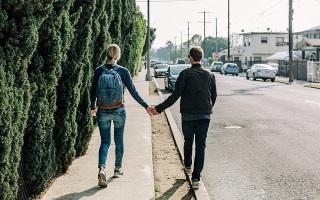 Парень знакомиться с девушкой на улице
